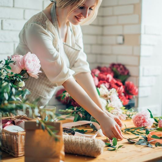 Arranging flowers. Photo: Sutterstock